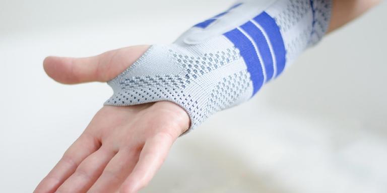 anlegen einer Bandage an der Hand